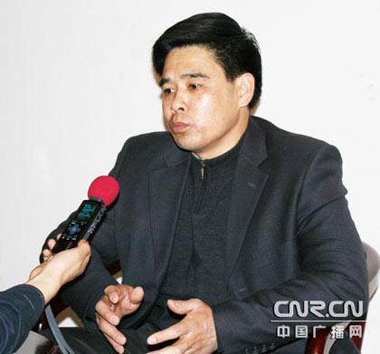 十一届全国人大代表、重庆城建控股(集团)第一市政工程公司路面处的农工班班长康厚明接受中央人民广播电台记者采访