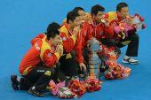 图文:世乒赛赛后颁奖典礼 众虎将咬金牌