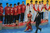 图文:世乒赛赛后颁奖典礼 蔡振华和颁奖小姐
