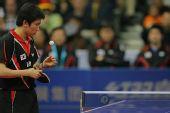 图文:男团决赛马琳3-1柳承敏 柳承敏思考发球