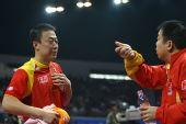图文:男团决赛马琳3-1柳承敏 场边与教练交谈