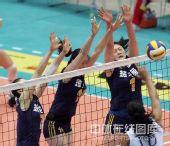 图文:中国女排3-2古巴六连胜 中国队三人拦网