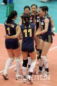 图文:中国女排3-2古巴六连胜 中国队欢呼胜利