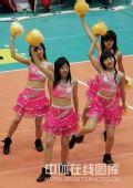 图文:中国女排3-2古巴六连胜 排球宝贝热舞中