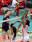 图文:中国女排3-2古巴六连胜 副攻薛明在扣球