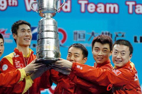 为中国队拿下第一分的马琳赛后与队友举起斯韦思林杯。徐家军/摄