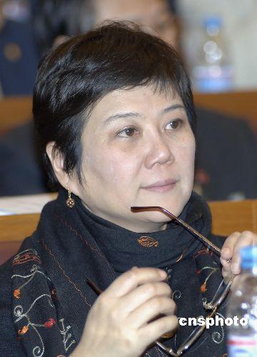导演胡玫委员在会上认真听取工作报告