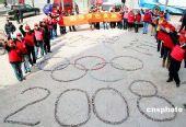潍坊街头4000多块废旧电池拼出奥运五环(图)