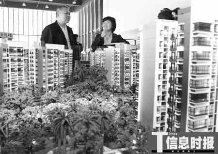 市民在金沙洲限价房售楼部看房。时报记者 陈文杰 摄