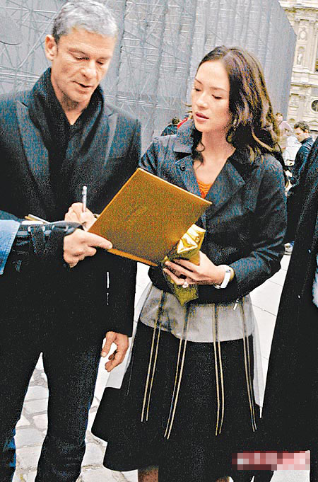 章子怡(右)秀结束后与男友步出秀场,大家才知道她确实有出席。