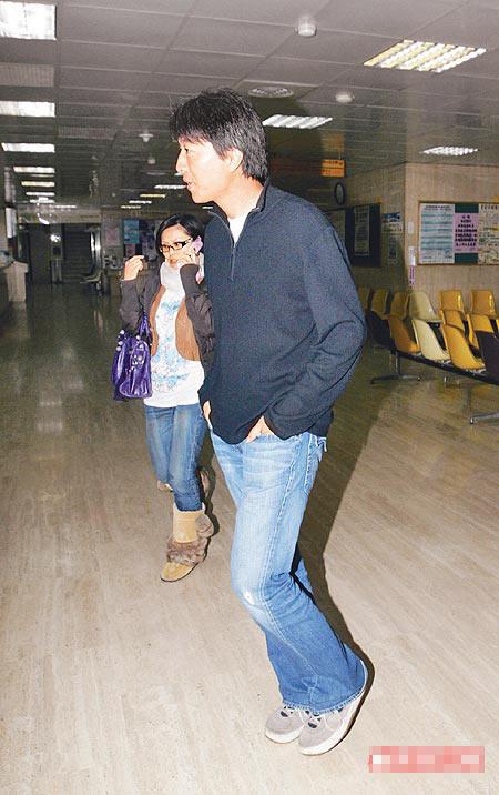 周蕙(左)和男友到医院探视友人,她边走边讲手机,两人刻意装不熟