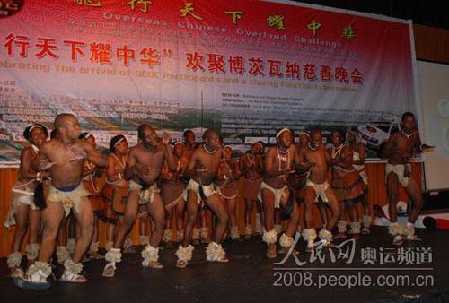 当地黑人艺术团体表演了极具特色的舞蹈
