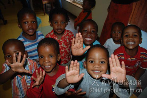孩子们面对镜头笑得十分开心