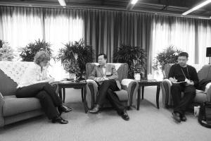 图为路透社记者采访邓崎琳(中)。 冯北江 摄