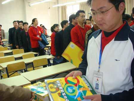 学员领取毛教授赠送的《健身工程》资料