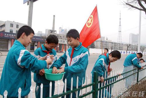 志愿者在举行活动
