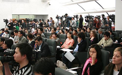现场众多记者