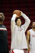 图文:[NBA]火箭训练图 投篮表演