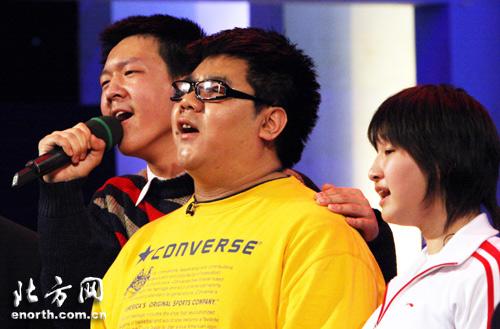 杨光和失明学生一同演唱《明天会更好》