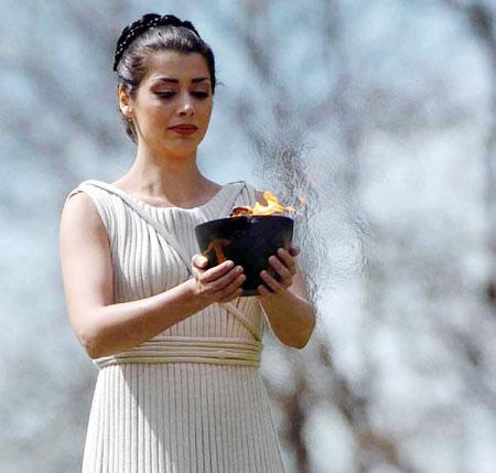 图文:2004年雅典奥运会女祭司手捧圣火