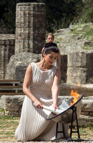 图文:2004年雅典奥运会女祭司点燃奥运火炬