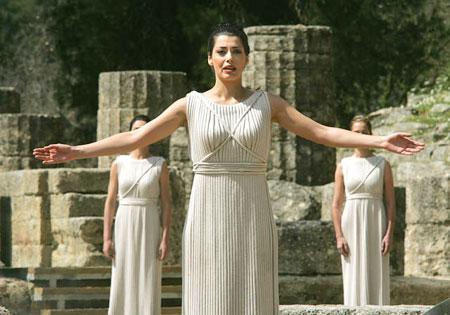 图文:回顾历届奥运会女祭司 圣火采集仪式