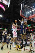 图文:[NBA]步行者VS火箭 海耶斯疯狂上篮