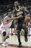 图文:[NBA]步行者VS火箭 海德抢球