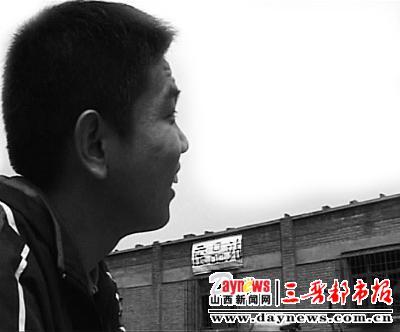 陈文超把废品送到废品站卖钱。