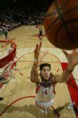 图文:[NBA]火箭胜步行者 斯科拉抢篮板