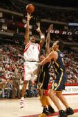 图文:[NBA]火箭胜步行者 麦迪抛投