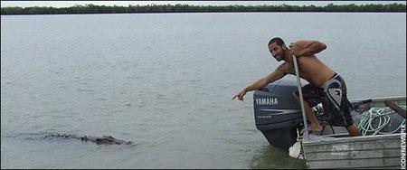 该男子发现鳄鱼
