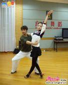 图:《舞林大会2》戚薇与舞伴在练功房练舞 01