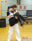 图:《舞林大会2》戚薇与舞伴在练功房练舞 02