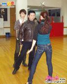图:《舞林大会2》赵志刚在与舞伴老师谈论技巧