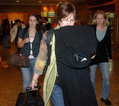 3月5日,在劫持人质事件中获救的澳大利亚旅游团抵达上海浦东机场,准备回国。IC图