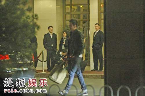 杨坤从中国大饭店走出
