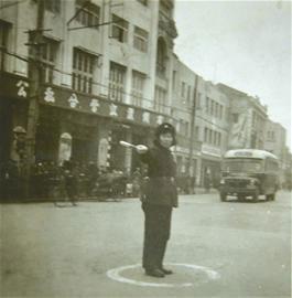1958年,邱益英在中山大道站岗(资料照片)