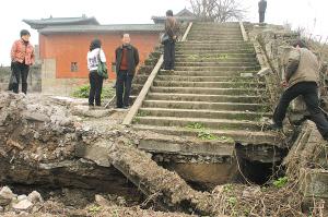 王陵所在地周围出现大面积塌方,登上陵墓遗址的台阶有的已经断裂 记者 邹飞 摄