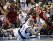 图文:[NBA]火箭vs小牛 基德倒地传球