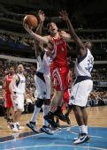 图文:[NBA]火箭vs小牛 斯科拉穿越禁区