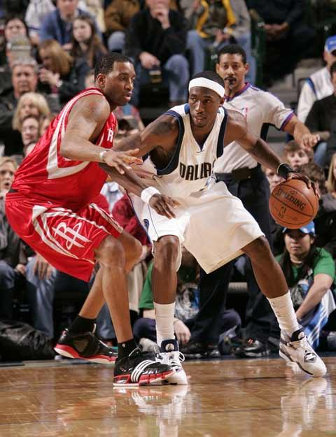 图文:[NBA]火箭vs小牛 麦迪单挑霍华德