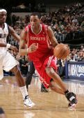 图文:[NBA]火箭vs小牛 麦迪突破对手
