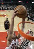 NBA图:骑士不敌公牛 诺厄在比赛中扣篮