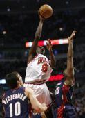 NBA图:骑士不敌公牛 罗尔・邓比赛中投篮