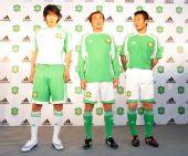 图文:[中超]国安公布新赛季队服 悍将昂头挺胸