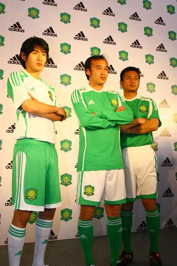 球员展示新队服