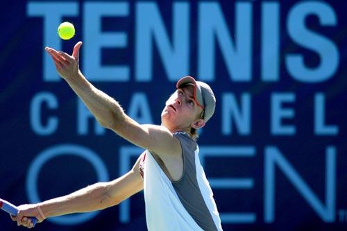 图文:网球频道赛1/4决赛 安德森抛起网球
