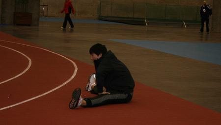 刘翔坐地压腿训练