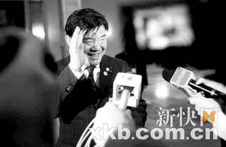 昨天,卫生部部长陈竺站在通道边上接受中外记者的采访。新快报记者宁彪/摄